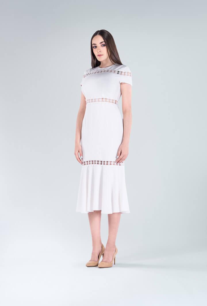 Белое приталенное платье