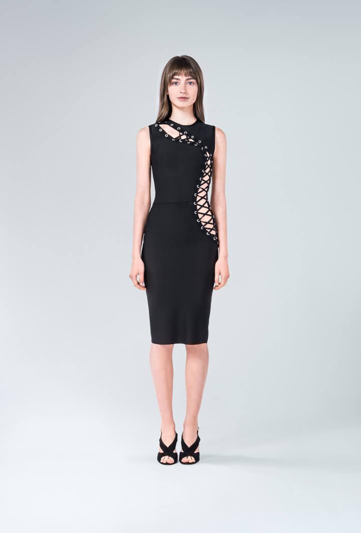Черное платье со шнуровкой