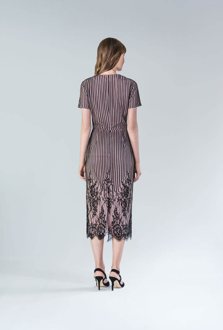 Пудровое платье с отделкой из кружева